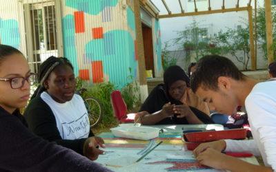 Chanteloup : un chantier artistique de jeunes, encadrés par Sandrina Van Geel, mosaïste