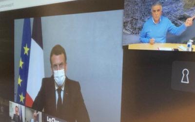 Discussion en visioconférence entre Emmanuel Macron et les élus locaux àl'occasion de sa visite àPoissy